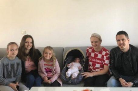 Hrvatska udruga mladih u središnjoj Bosni posjetila osmeročlanu obitelj i uručila im vrijednu donaciju