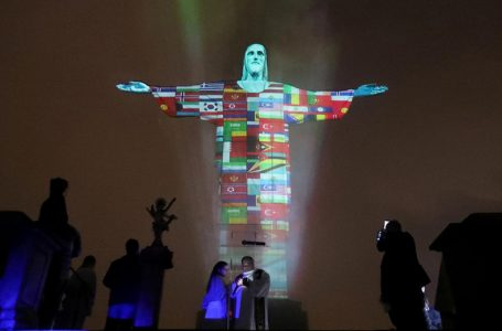 Kip Krista Otkupitelja u bojama zastava zemalja zahvaćenih koronavirusom