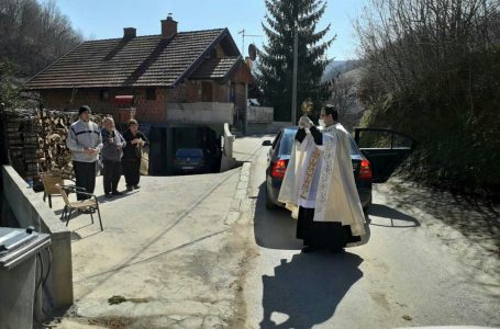 """Župnik i vjernici zajedno u molitvi protiv """"koronavirusa"""""""