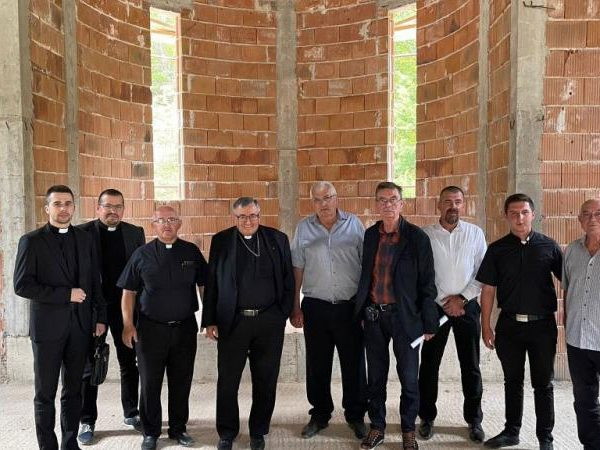 Kard. Puljić posjetio novosagrađenu crkvu kod Bugojna